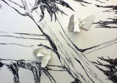 DELPHINE GIGOUX MARTIN « De la fin du vol », détail, walldrawing fusain et porcelaine | © photo Frédéric Delpech